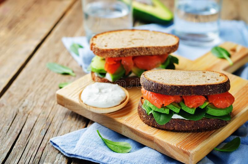 Salmon Avocado Spinach Rye Sandwich fumado fotos de stock