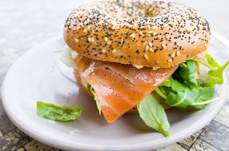 Salmon Bagel fresco fotografia stock libera da diritti