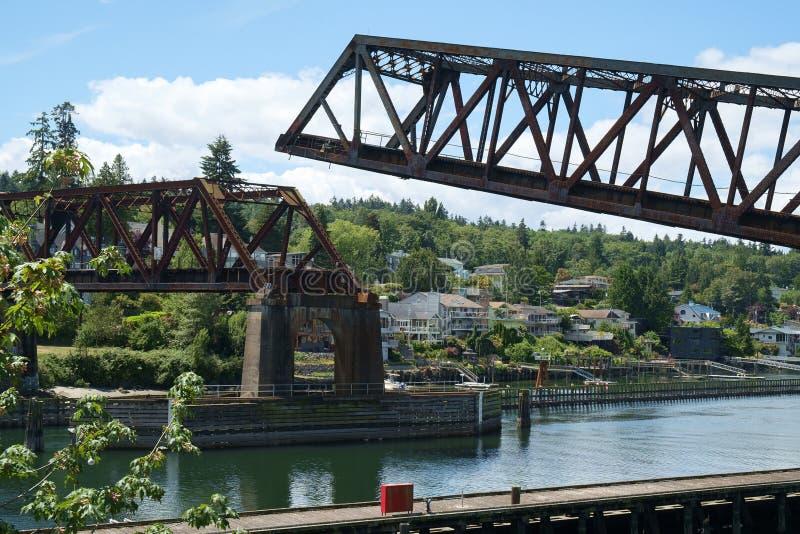 Salmon Bay klaffbro som fäller ned för att låta drevet korsa royaltyfri fotografi