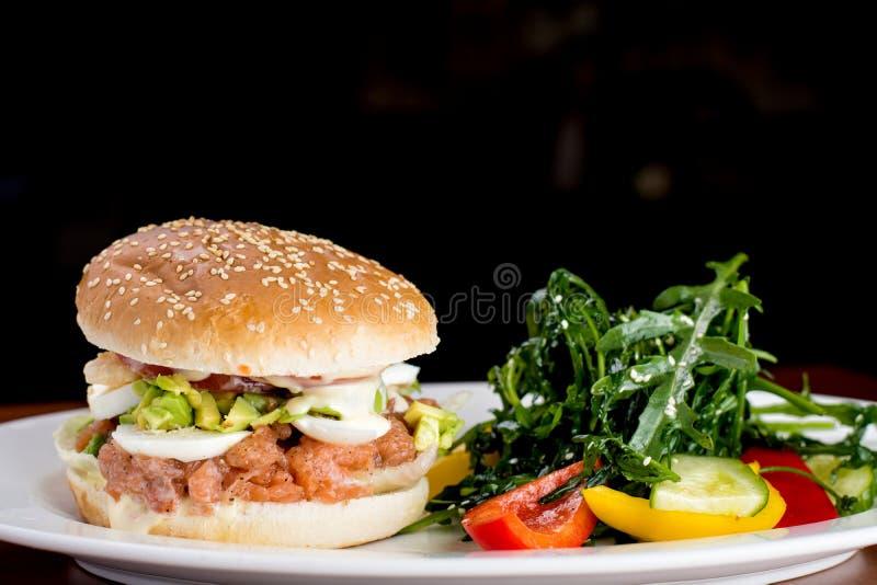 Salmon Burger mit Fischrogen und souce stockbilder