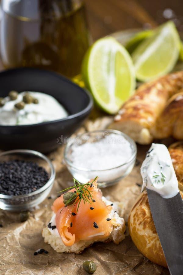Salmon Canape ahumado con el queso cremoso, el eneldo fresco y el s?samo negro Alimento de dedo imágenes de archivo libres de regalías