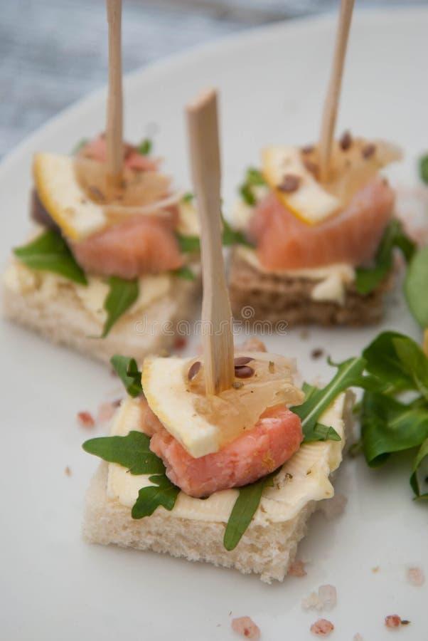 Salmon Canape med Arugulasidor, kräm- och vitt bröd för smör sunt mellanmål Grå färgbakgrund kopiera avstånd fotografering för bildbyråer