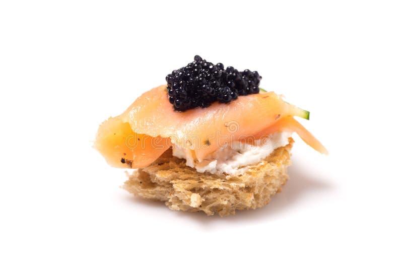 Salmon Canapes fumé avec la crème sure et le caviar photographie stock