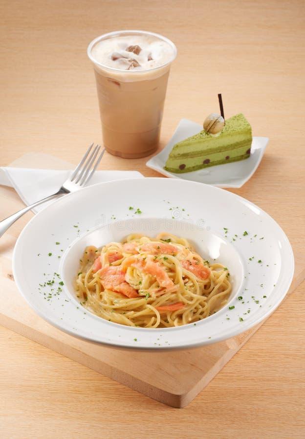 Salmon Carbonara Spaghetti avec le gâteau images stock
