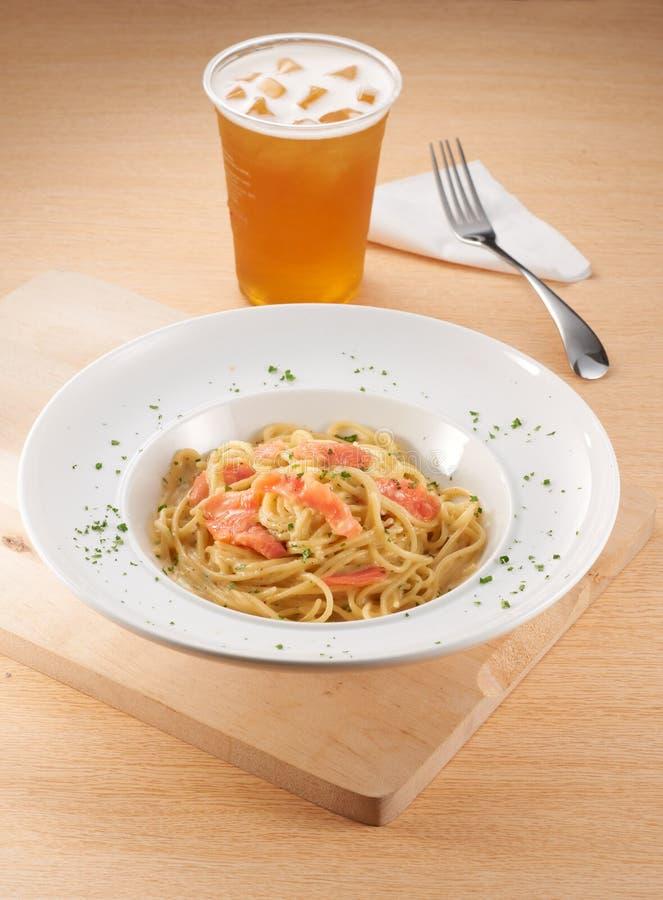 Salmon Carbonara Spaghetti con il tè del limone fotografia stock libera da diritti