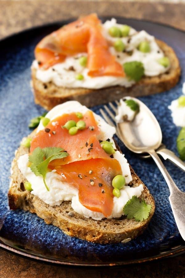 Salmon Crostini affumicato fotografie stock