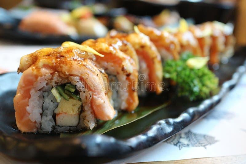 Salmon Engawa Rice Roll und Selectfokus Japan-Lebensmittel stockfotografie