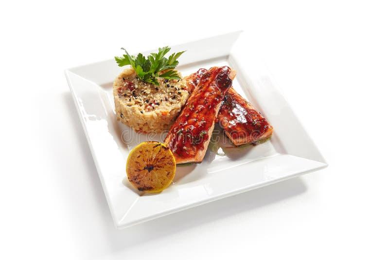 Salmon Fillet grelhado com o arroz e o limão isolados foto de stock
