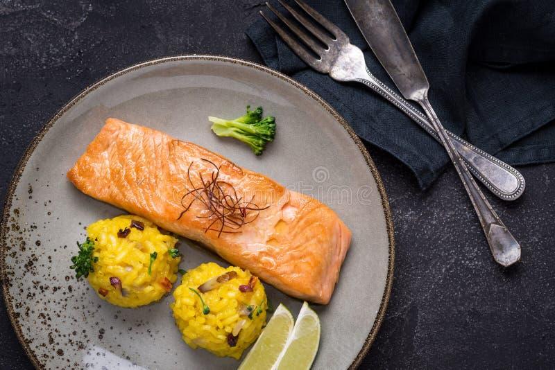 Salmon Fillet grelhado com risoto do açafrão imagens de stock