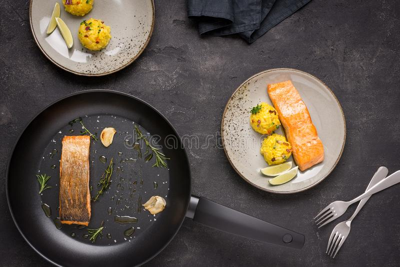 Salmon Fillet grelhado com risoto do a?afr imagem de stock royalty free