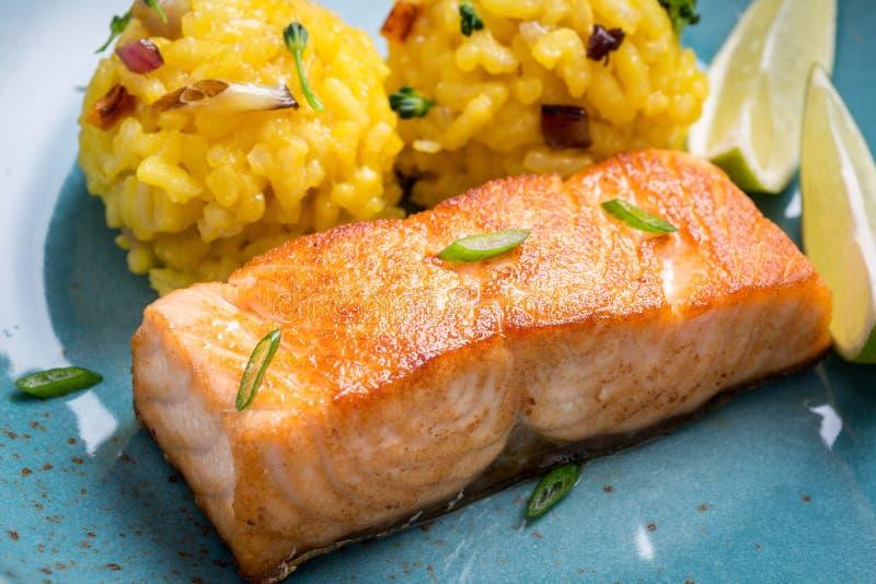 Salmon Fillet grelhado com risoto do a?afr?o foto de stock royalty free
