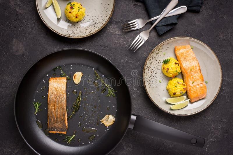 Salmon Fillet grelhado com risoto do a?afr?o fotos de stock royalty free