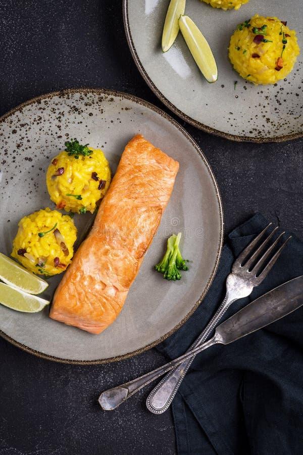 Salmon Fillet grelhado com risoto do a?afr?o imagem de stock royalty free