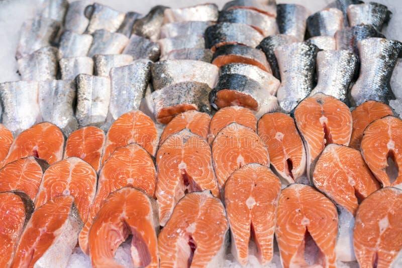 Salmon Fillet i is på supermarketräknaren royaltyfri bild