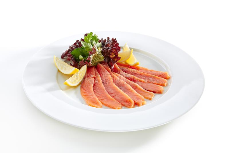 Salmon Fillet levemente salado con el limón y verdes fotografía de archivo libre de regalías