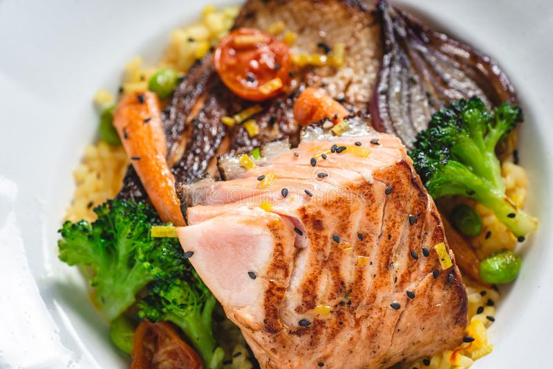 Salmon Fillet r?ti avec des l?gumes de plat blanc rustique photo libre de droits