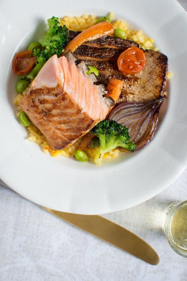 Salmon Fillets arrostito con le verdure sul piatto bianco fotografia stock libera da diritti