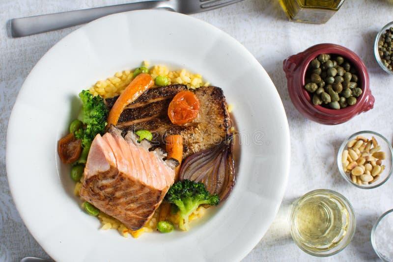 Salmon Fillets con riso e le verdure arrostite fotografia stock libera da diritti