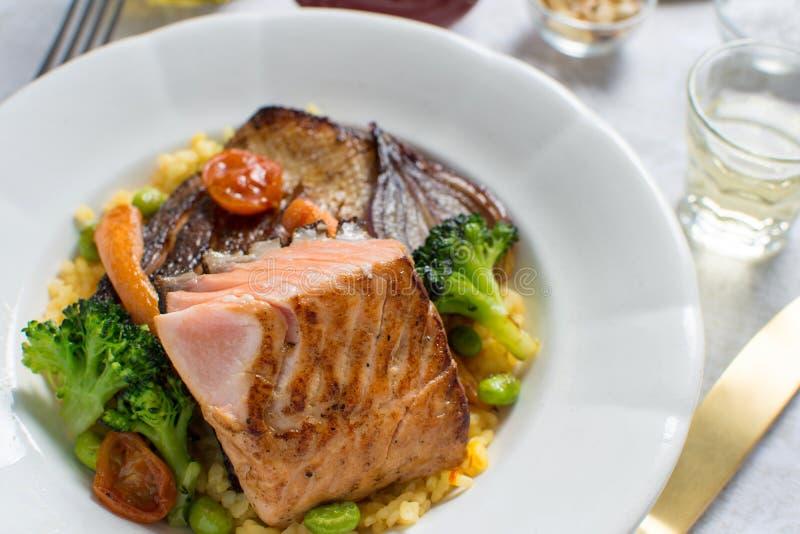 Salmon Fillets con riso e le verdure arrostite fotografie stock