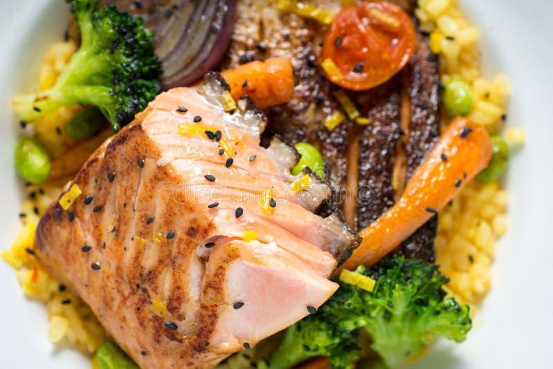 Salmon Fillets con riso e le verdure arrostite fotografia stock