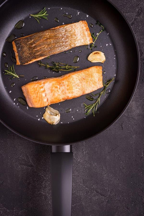 Salmon Fillets grelhado na frigideira imagem de stock royalty free