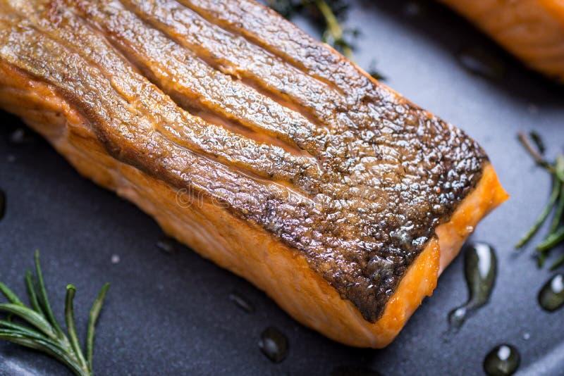 Salmon Fillets grigliato in padella immagini stock libere da diritti