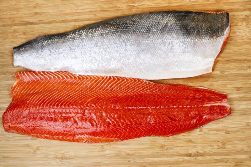 Salmon Fillets rouge frais sur le conseil de Bambbo photographie stock