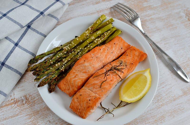 Salmon Fish Fillet arrostito con pepe, sale, rosmarini ed il limone fotografie stock