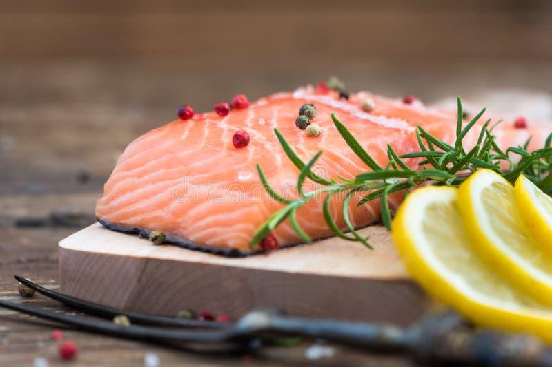 Salmon Fish Fillet cru com limão e as ervas frescas imagens de stock