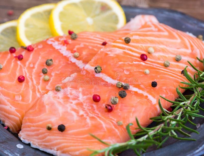 Salmon Fish Fillet crudo con el limón y las hierbas frescas imagenes de archivo