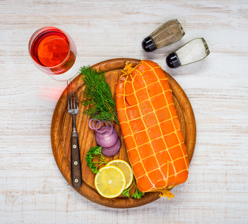 Salmon Fish With Spices e Rose Wine affumicati immagine stock libera da diritti