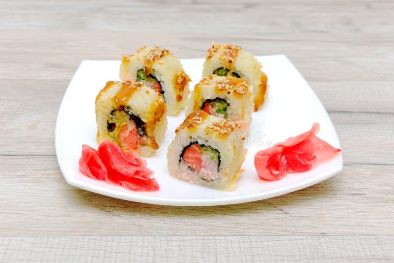 Salmon Fried Maki Sushi - varm rulle med gräddost och Cucumbe royaltyfria bilder