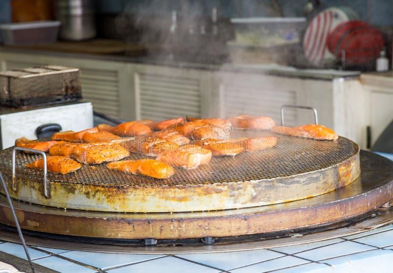 Salmon Grilling bij Restaurant royalty-vrije stock afbeelding