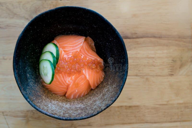 Salmon Ikura Дон - японский шар кухни, семг и риса косуль в таблице на японском ресторане еды стоковые фотографии rf