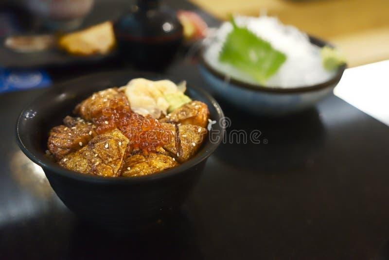 Salmon ikura надевает - шар испаренного риса с зажаренными семгами, замаринованным имбирем, косулями и соусом, японской традицион стоковая фотография
