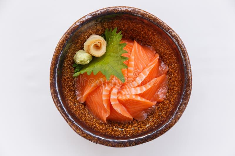 Salmon Ikura Don: Japan ångad ristoppning med rå Salmon Served med Wasabi och den stack ingefäran royaltyfria foton