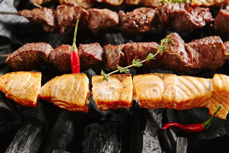 Salmon Kebab of Rode Vissen Shashlik op een Zwarte Achtergrond van Charc royalty-vrije stock foto