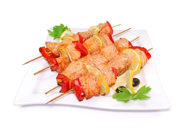 Salmon Kebab Shashlik met geroosterde vissen op een wit royalty-vrije stock fotografie