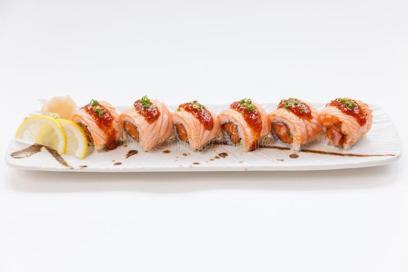 Salmon Maki Roll Torched com Salmon Inside Topping cru com molho e sésamo branco Servido com limão da fatia Wasabi e formigamento fotografia de stock royalty free