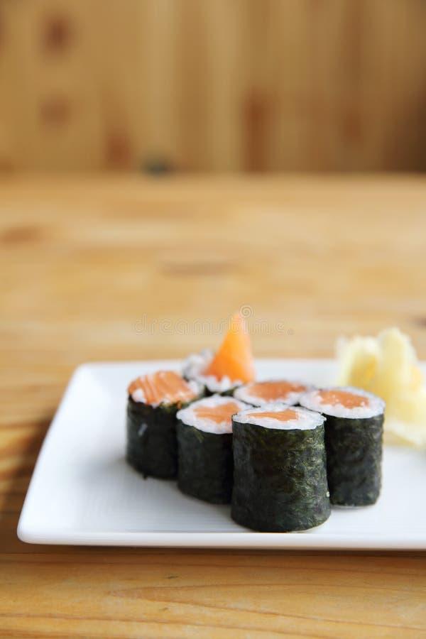 Salmon Maki-Sushi lizenzfreie stockfotos