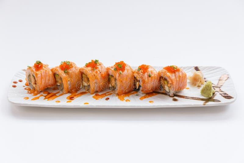 Salmon Maki Sushi Torched con la tempura, l'avocado ed il formaggio del gamberetto dentro Completando con la salsa, l'uovo del ga immagine stock