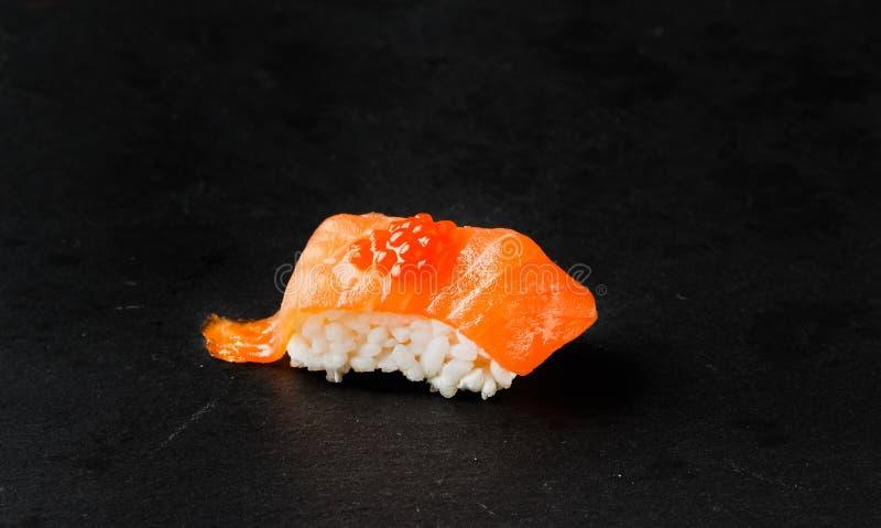 Salmon Nigiri con le uova di color salmone fotografia stock libera da diritti