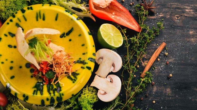 Salmon Paste och nya grönsaker på rostat brödbröd kalla mellanm?l P? en svart tr?bakgrund royaltyfri fotografi