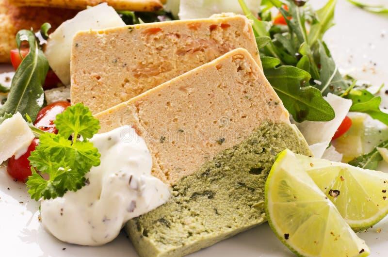 Salmon Pastete mit Rocket Salad lizenzfreie stockfotografie