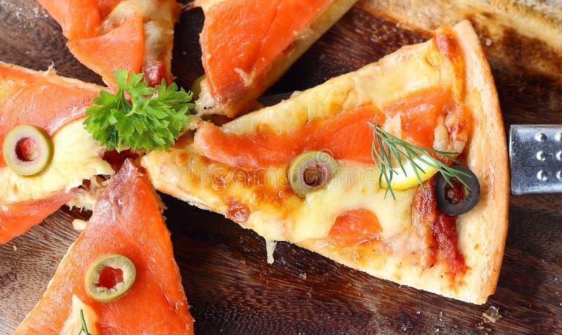 Salmon Pizza é cortado em pronto para comer fotografia de stock royalty free