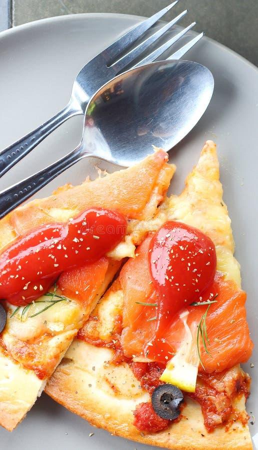 Salmon Pizza é cortado em pronto para comer imagem de stock royalty free