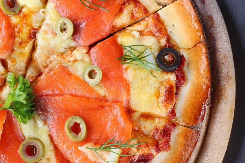 Salmon Pizza é cortado em pronto para comer imagem de stock