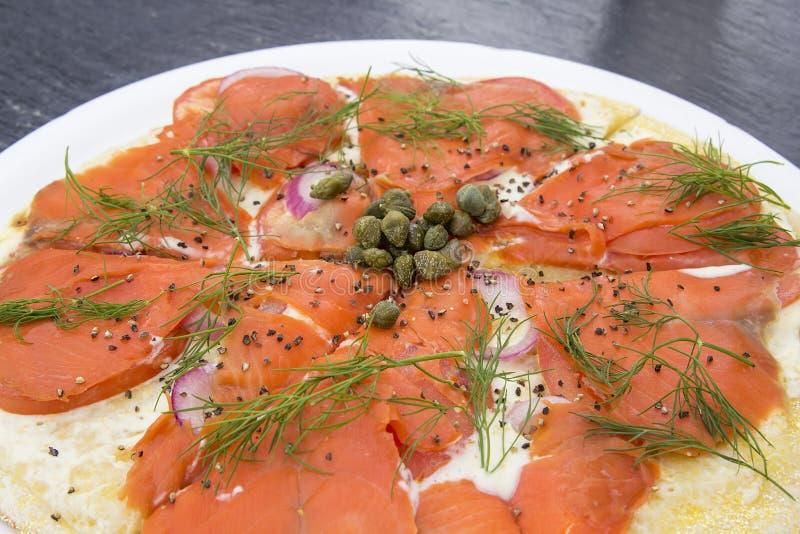 Salmon Pizza Closeup affumicato fotografie stock libere da diritti