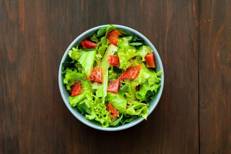 Salmon Poke Salad en cuenco azul en fondo de madera El concepto de productos org?nicos imagenes de archivo