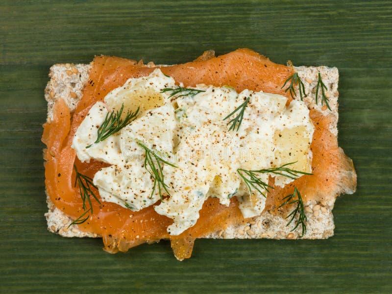 Salmon With Potato Salad fumé sur le pain croustillant de Rye photos libres de droits